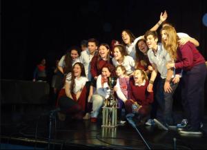 Foto que acompaña la nota: Graciana Goicoechandia y sus alumnos recibiendo el primer premio de la 39º Feria Regional de Ciencia y Tecnología, de Roque Pérez: máximo puntaje y Copa Challenger